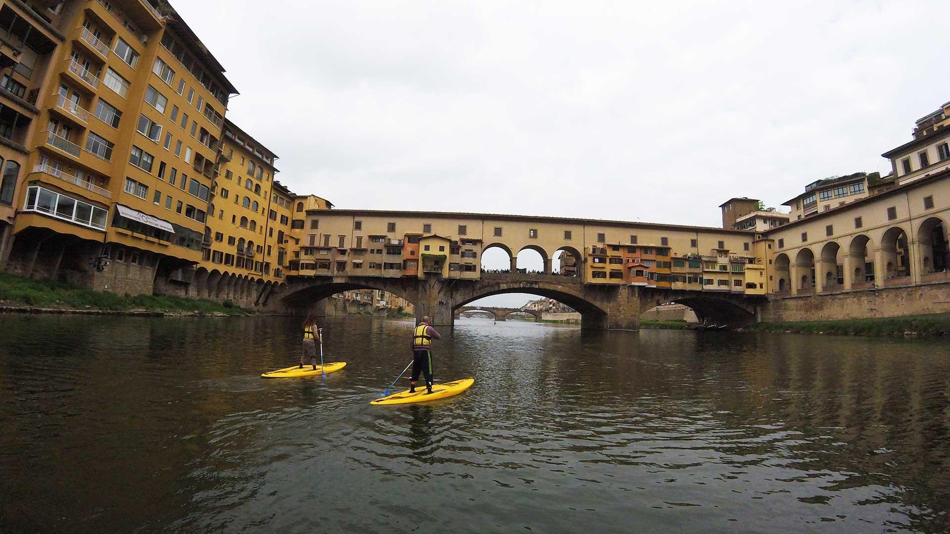 SUP a Firenze sotto il Ponte Vecchio