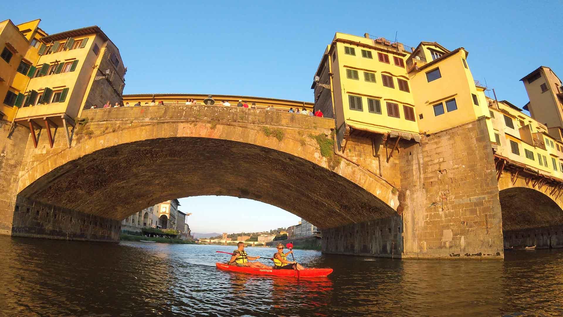 Kayak a Firenze sotto il Ponte Vecchio